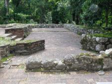 Lateral derecho del altar mayor de la Iglesia, fragmentos de muros. Foto Mildred Maury.