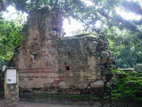 Fragmento exterior de muro en la entrada principal de la Iglesia Nuestra Señora de la Presentación. Foto MIldred Maury.