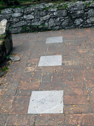 Tres lápidas en mármol gris. Foto Mildred Maury.