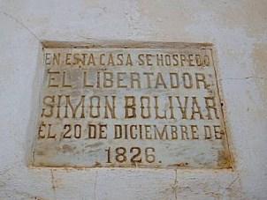 Placa de mármol, en la fachada.