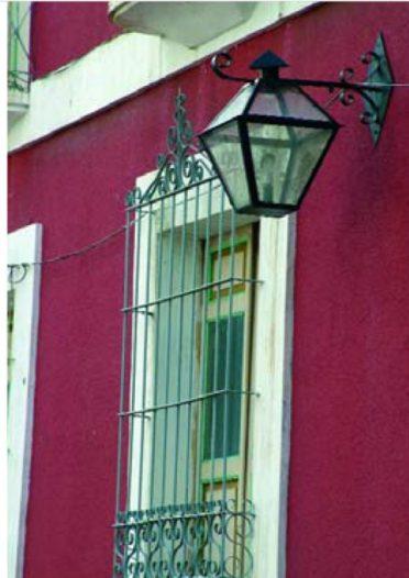 Las ventanas están enmarcadas por molduras sencillas.