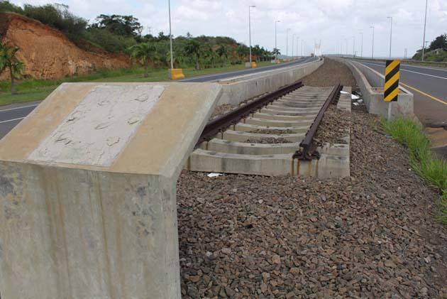 El ferrocarril que no se construyó, se robaron la placa inaugural. Foto Carlos Jesús Gómez.