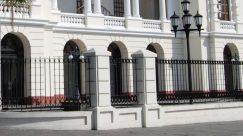 La fachada del teatro tiene 5 puertas.