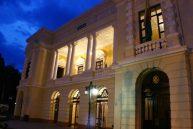 La noche muestra otra belleza del teatro. Foto José Becerra.