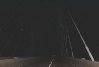 Solo los valientes cruzan el puente de noche. Foto Carlos Jesús Gómez.