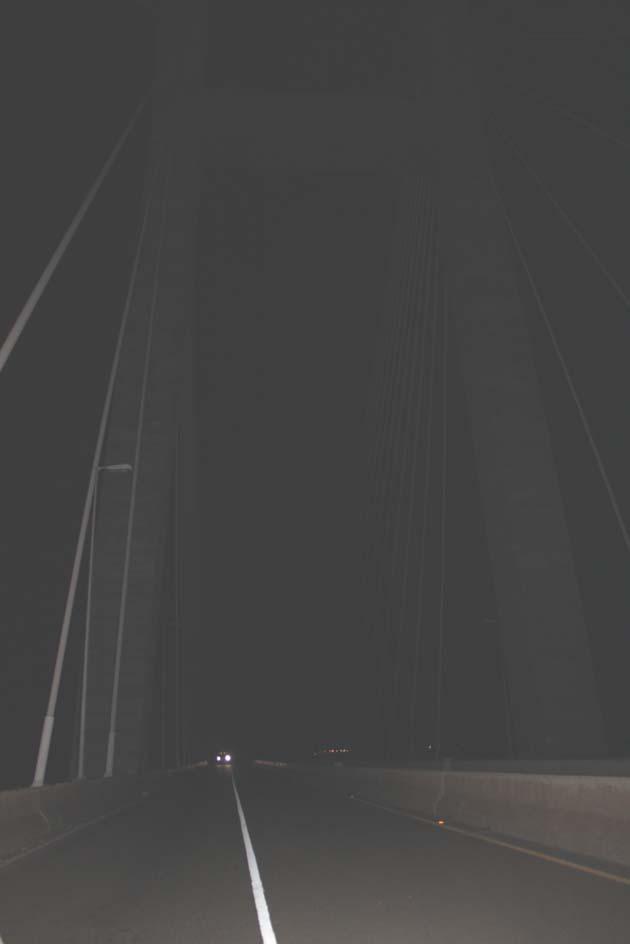 El puente por la noche, lejos está la iluminación con la que fue inaugurado. Foto Carlos Jesús Gómez.