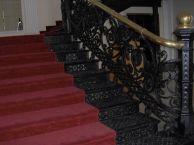 Hierro forjado en las escaleras y barandas ornamentales.
