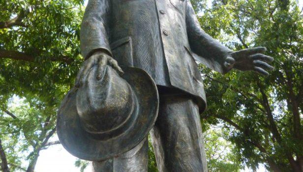 Detalle, sombrero y mano de la escultura de Arvelo Torrealba. Foto M. Araque.