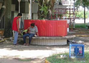 La plaza Los Tubos se convirtió en residencia y baño público. Foto Nuevaprensa.com.ve