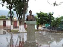 El busto de Bolívar no tiene placa de identifiación, pero la plaza sí registra en una de mármol la fundación del pueblo.