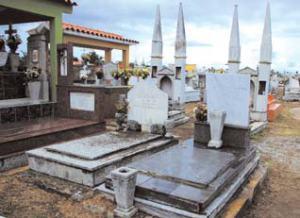 Vista del centenario cementerio municipal de Yucacas cerca de 2007; ahora está colapsado. Foto IPC.