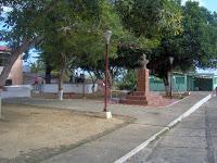 La plaza Bolívar de Tocópero es contigua a un bulevar.