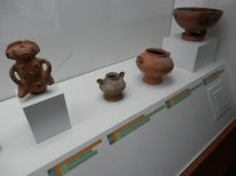 Figura femenina y vasijas. Foto MPPC.
