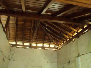 Techumbre, apenas soportada por paredes agrietadas, año 2012. Foto archivo S. Hurtado.