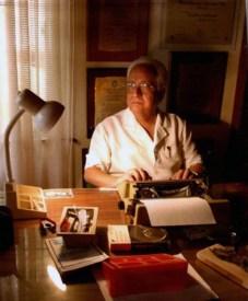 Tapia recibió varios premios literarios. Foto álbum familia Tapia González.