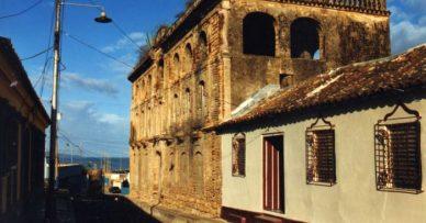 La edificación está en ruinas y tapiada.