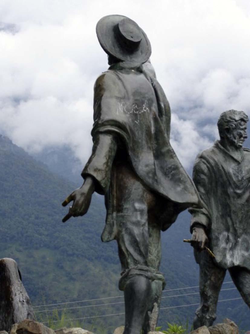 Domingo Peña señala a la montaña, noviembre 2005. Foto Samuel Hurtado Camargo.