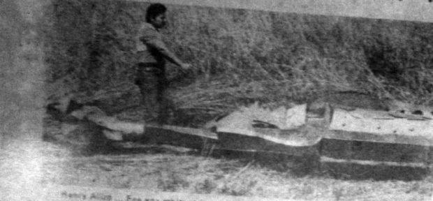 Henry Alizo y la escultura derribada. Año 1983. Digitalización Marinela Araque.