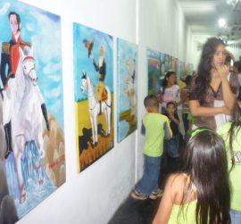 Comunidad asiste a una exposición en el MAVHA. Foto archivo museo.