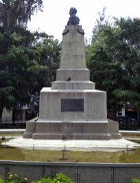 Vista del lateral izquierdo del monumento a Campo Elías, mayo 2017. Foto Samuel L. Hurtado Camargo