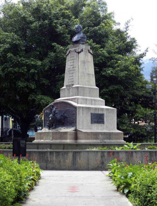 Vista frontal y del lateral izquierdo del monumento al coronel Vicente Campo Elías, mayo 2017. Foto Samuel L. Hurtado Camargo