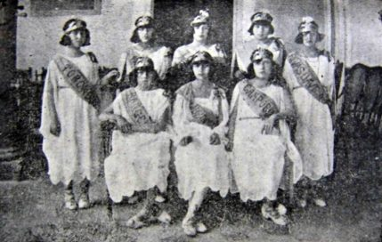 Alumnas del Colegio de Niñas del Estado, representando los distritos del estado Mérida. Foto Editorial Patria, p. 94. Dig. Samuel Hurtado C.