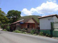 Vista desde la calle contigua a la estación de Trapiche del Medio. Foto Richard Antonio Gil Fonseca_FB Gran Ferrocarril de Venezuela, junio de 2014.