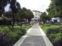 Avenida de la esquina norte vista desde el área central de la plaza Bolívar de Mérida. Patrimonio histórico de Mérida, Venezuela.