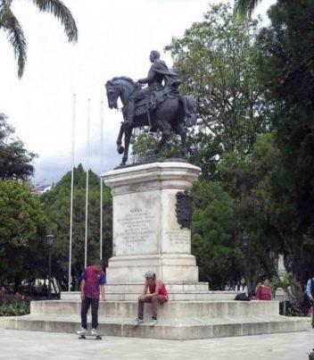 Cara posterior y lateral izquierdo del monumento a Bolívar. Foto Samuel Hurtado Camargo, 28 de mayo de 2017