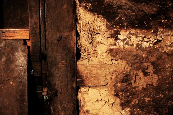 Fragmento de la pared de la cocina en bahareque con visible deterioro por falta de mantenimiento. Foto: José Luis Rosales.