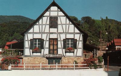 Fachada de casa Benitz de 1965 cuando abrió el café Muhstall.