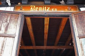 Puerta y anuncio del restaurante Benitz. Foto: José Luis Rosales.