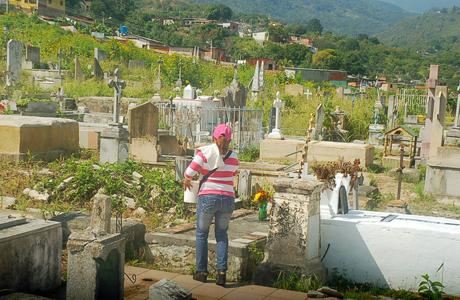 Deudo en el día de los fieles difuntos, en el cementerio de Valera. Foto Henry Durán / Diarioeltiempo.com.ve