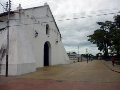 Fachada de la iglesia San Nicolás de Bari y bulevar. Municipio Obispos, estado Barinas, Venezuela.