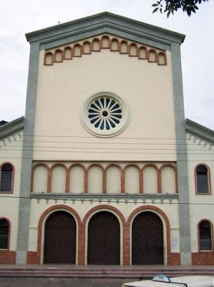 La iglesia San Pedro, en Valera, detalle de la fachada inspirada en la arquitectura románica. Templos del estado Trujillo, Venezuela.