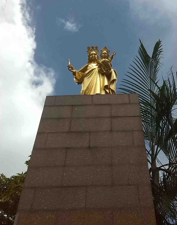 Monumento a la Virgen María Auxiliadora, patrimonio cultural de Chacao, en la plaza Francia, Venezuela.
