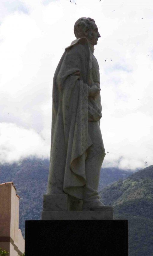 Lateral derecho de la estatua de Sucre. Foto Samuel Hurtado Cama