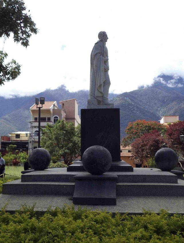 Lateral derecho del monumento al Gran Mariscal de Ayacucho. Foto