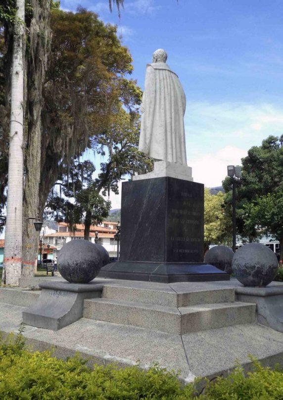Lateral izquierdo y cara posterior del monumento al Gran Marisca