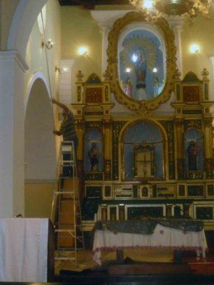 Mantenimiento del interior de la catedral, al fondo se observa el retablo. Foto Marinela Araque, 2012.