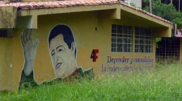 """Pared de una de las instalaciones del parque, con el lema """"Defender y consolidar la independencia"""". Parque Los Mangos, bien cultural de Barinas, estado Barinas. Venezuela."""