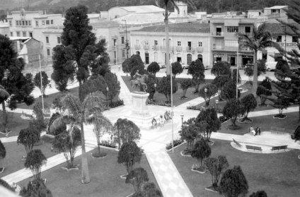 Plaza Bolívar luego de las modificaciones de su pavimento, 1955. Estado Mérida, Venezuela.