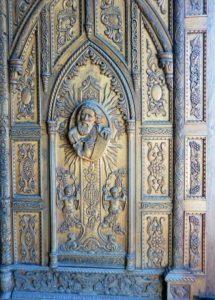 Detalle de una puerta tallada a mano en la iglesia San Pedro de Capacho, una joya arquitectónica de Capacho, municipio Independencia del estado Táchira. Venezuela.