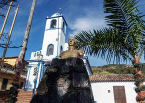 Iglesia de Toituna al fondo del busto de Bolívar, en Táchira