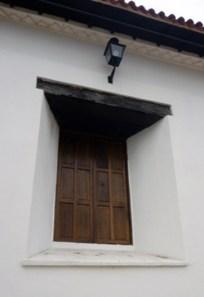 Ventana exterior de la iglesia San Nicolás de Bari. Municipio Obispos, Barinas. Venezuela.