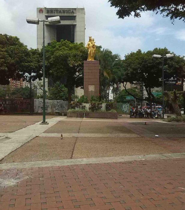 Vista del lado oeste la plaza Francia, donde está el monumento a la Virgen María Auxiliadora. Foto N. Silva, junio 2017.