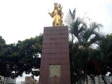 Vista frontal del pedestal de la escultura pedestre de la Virgen María Auxiliadora, en Chacao. Sin su placa de bronce.