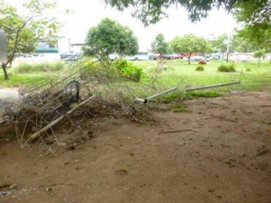 Adornos metálicos abatidos en el parque Los Mangos, de la ciudad de Barinas. Estado Barinas, Venezuela.