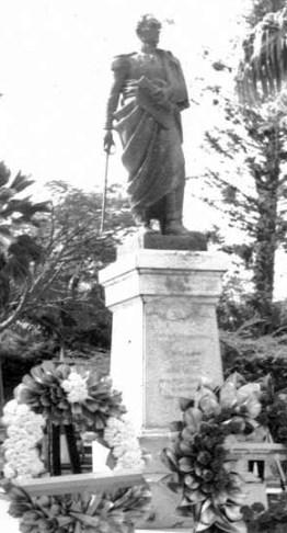 Antigua estatua de Simón Bolívar, hoy preside la plaza Bolívar de Bramón. Táchira, patrimonio cultural de Venezuela.