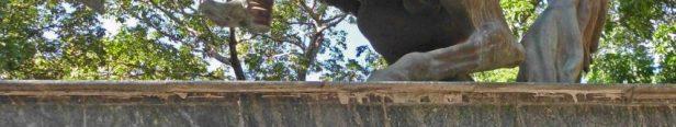 Detalle de la base de la estatua ecuestre del Libertador. Alerta patrimonial Venezuela.